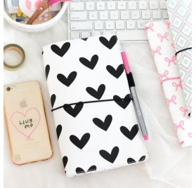 Couverture pour carnet 'Freckled Fawn' Black & White Hearts